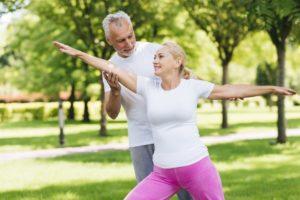 Paar übt im Freien Yoga
