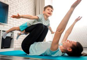 Mutter trainiert mit glücklichem Sohn